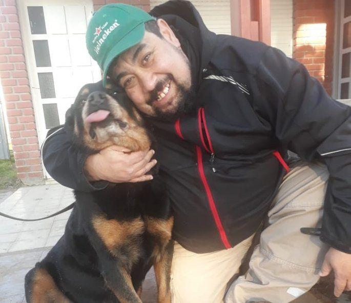 La perra Antonella con Sergio, su adoptante