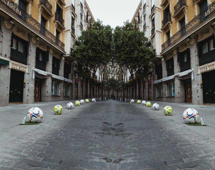 LaLiga y una campaña publicitaria con pelotas de cemento