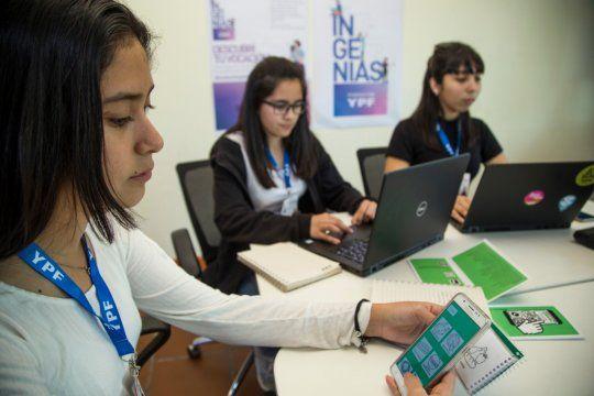 INGENIAS, deFundación YPF es un club gratuito que estimula el aporte de las mujeres en la ciencia y la tecnología.