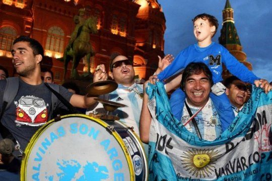 mientras esperan el debut de la seleccion, los argentinos en rusia ya eligieron el hit del mundial