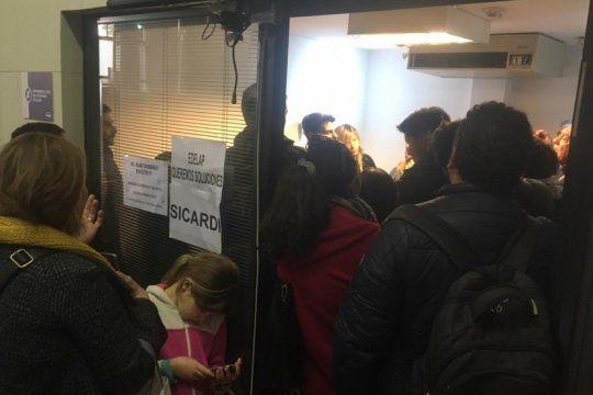 hartos de los cortes de luz, un grupo de vecinos irrumpio en las oficinas de edelap con carteles y cacerolas