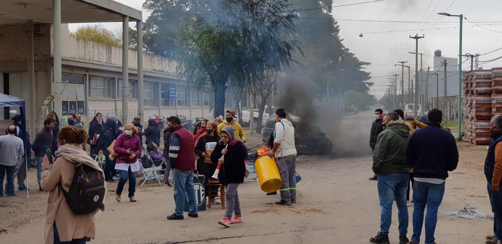 Trabajadores municipales de Chacabuco realizan un paro por tiempo indeterminado en reclamo de mejoras salariales