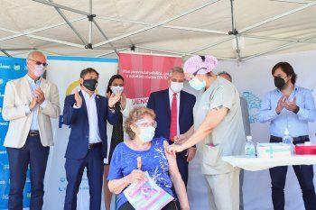 Kicillof y Gollán aplauden mientras una mujer se vacuna. Argentina superó el millón de vacunados contra el coronavirus.