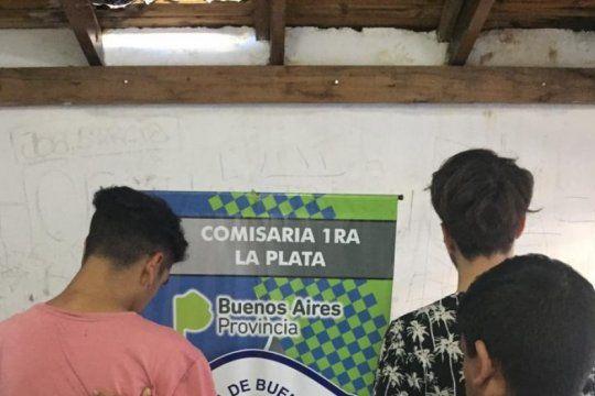la plata: tres jovenes fueron detenidos en plaza moreno acusados de vender drogas a estudiantes del normal 1