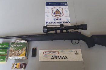 La carabina telescópica secuestrada en el allanamiento en Pergamino