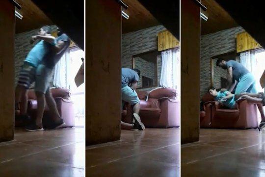filman a un acompanante terapeutico maltratando un joven con discapacidad: los vecinos marcharon en repudio