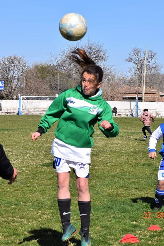 Emma jugando al fútbol