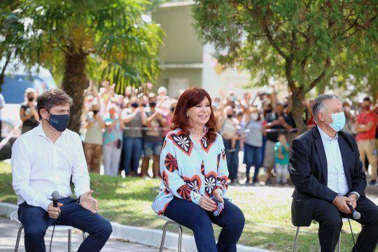 La vicepresidenta Crsitina Fernández de Kirchner, el gobernador Axel Kicillof y el intendente de Las Flores, Alberto Gelené