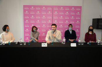 Ezequiel Galli (centro), intendente de Olavarría, presenta el programa GIRO junto a la representante zonal de McKinsey, Larissa Sakamoto (izquierda).