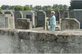 Imagen del documental Impuros de Florencia Mujica que recrea el Cementerio de Avellaneda en donde se enterraron proxenetas y mujeres sometidas a la prostitución