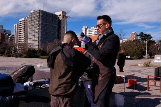 rebusque en medio de la crisis: quien es el barbero que corta el pelo por 100 pesos en pleno corazon de la plata