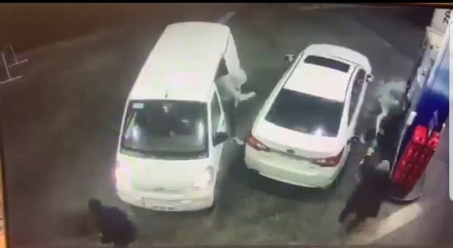 Captura del video del cliente de una estación de servicio que pone en fuga a los ladrones rociándolos con nafta
