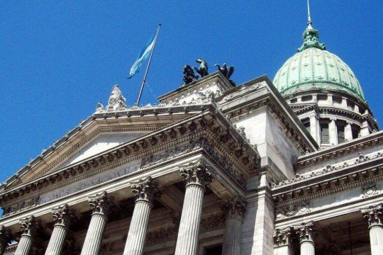 Los sueldos de diputados y senadores seguirán congelados, al menos hasta marzo