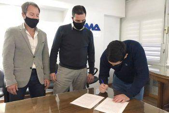 Homero Giles, por IOMA, y Jorge Varallo, por AMP, firman el nuevo convenio.