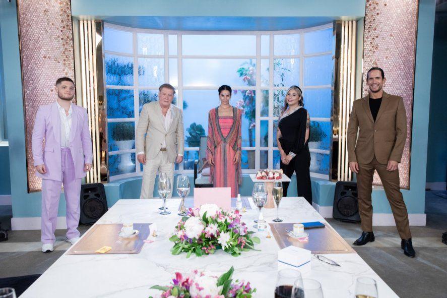 Diego Ramos, de traje marrón con el resto de los invitados a la mesa de Juana Viale