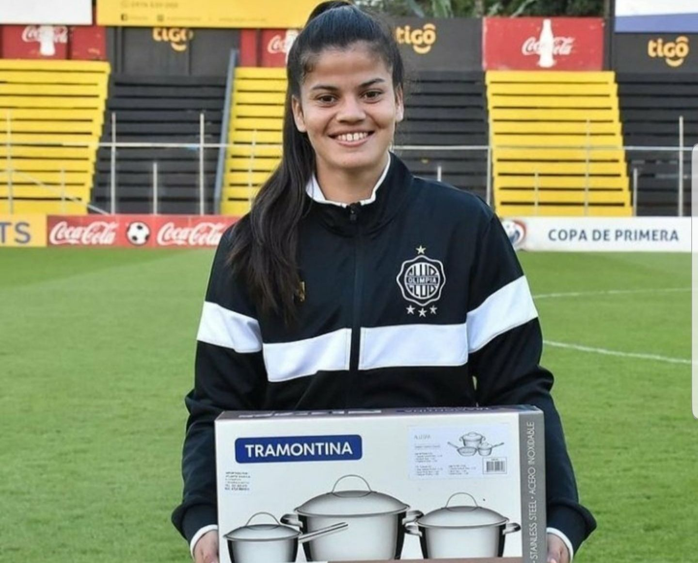 La futbolista de Olimpia de Paraguay, Daiana Bogarín, que recibió como premio un set de ollas y despertó la polémica sobre el sexismo del obsequio