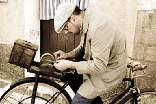 El afilador con su piedra, su flauta y su bicicleta