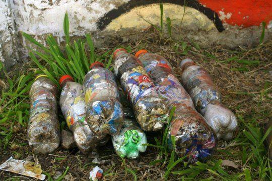 Las botellas de amor son compacatadas y convertidas en madera plástica