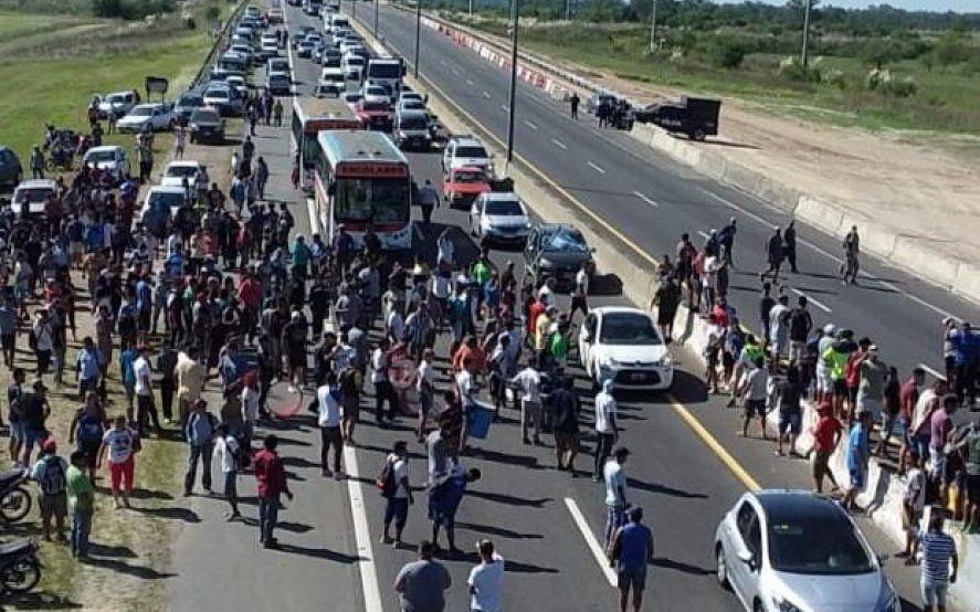Corte parcial en la autopista a la altura de City Bell por una protesta de la UOCRA