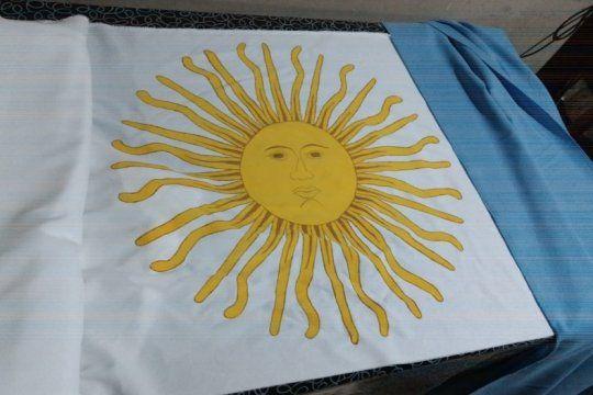 desafio patrio: un pueblo se une para confeccionar una bandera argentina gigante