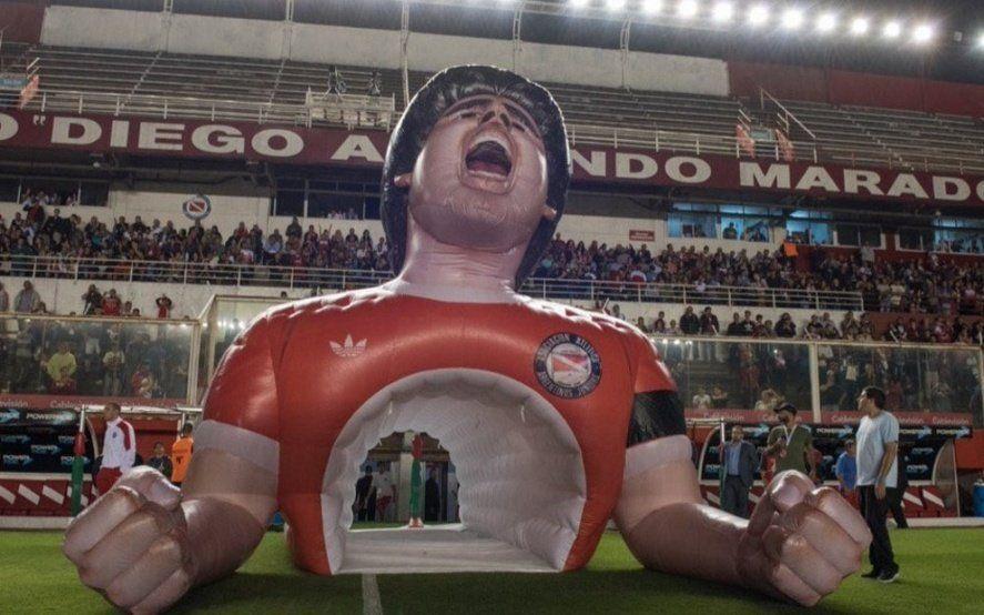 La moda de las mangas inflables llegó a la Paternal para homenajear a Maradona