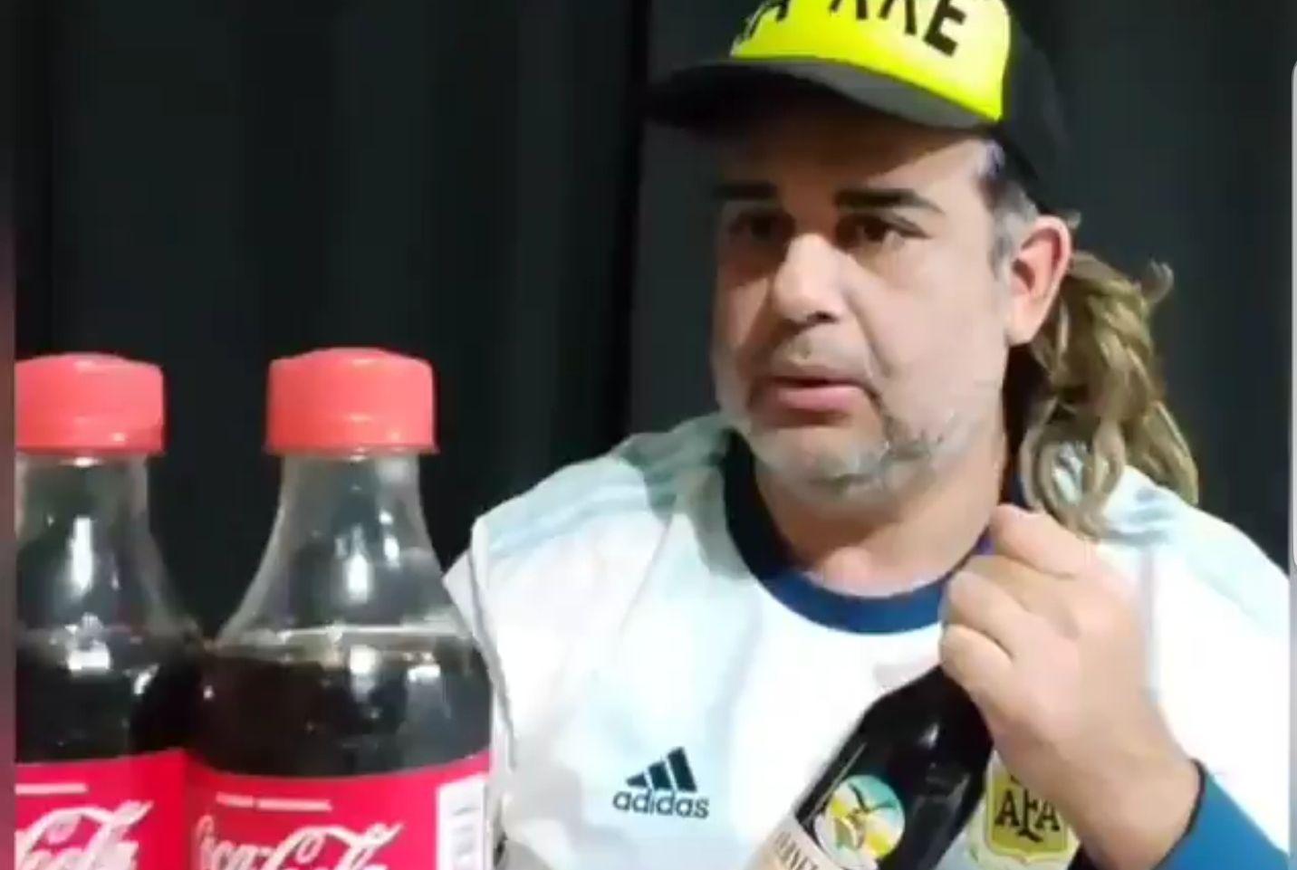 El suceso provocado por Cristiano Ronaldo en la Eurocopa aoartando botellas del auspiciante Coca-Cola, generó una parodia que se repite y también la baja en las acciones de la empresa