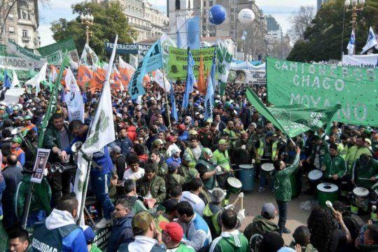 una multitud se congrego en plaza de mayo y apuro a la cgt para que lance un paro general