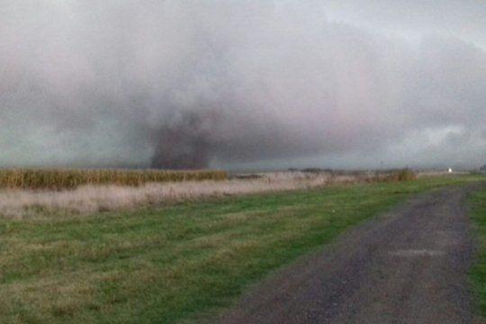 video: un tornado paso cerca de carlos tejedor y el temporal genero destrozos en varias ciudades
