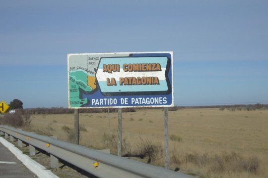 El cartel que da la bienvenida a la Patagonia, en Patagones.