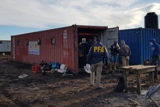 rescatan a 21 trabajadores rurales que trabajaban hacinados en loberia