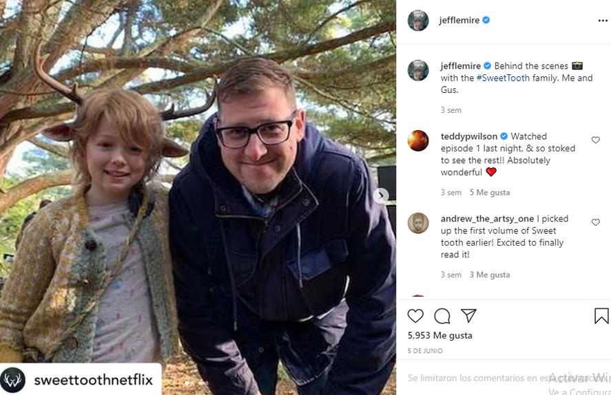 Jeff Lemire junto a Christian Convery, el protagonista de la serie de Netlifx
