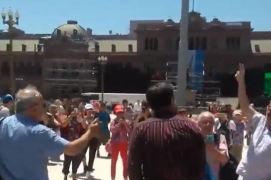 vamos a hacer una parrilla: el tema viral que cantaron en plaza de mayo luego de que sacaran las rejas