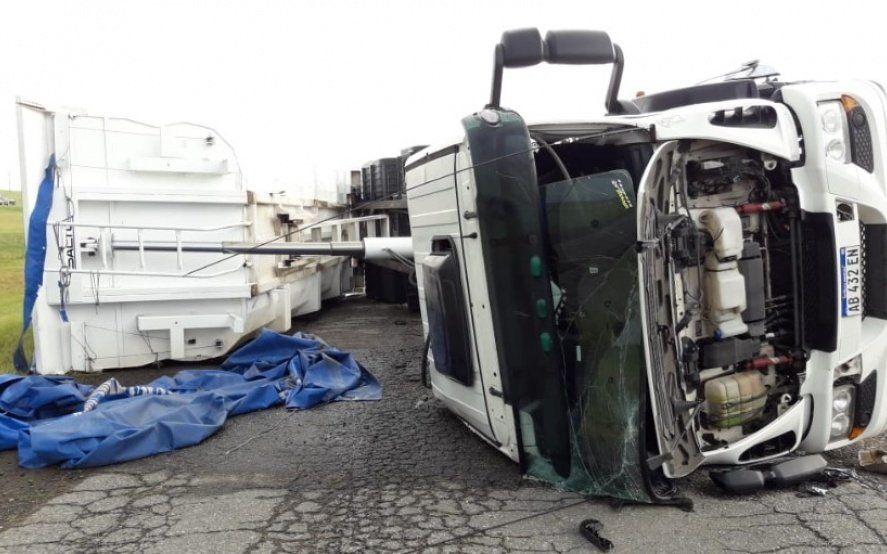 Increíble: un tornado derribó a cuatro camiones juntos en Azul