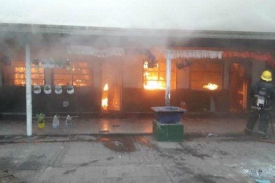 provocan incendio y roban en la escuela media nº 1 de berazategui: hay tres detenidos