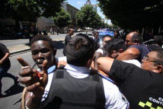 ambulantes senegaleses en la plata: ?ellos ni siquiera pueden comprender porque se los esta deteniendo?