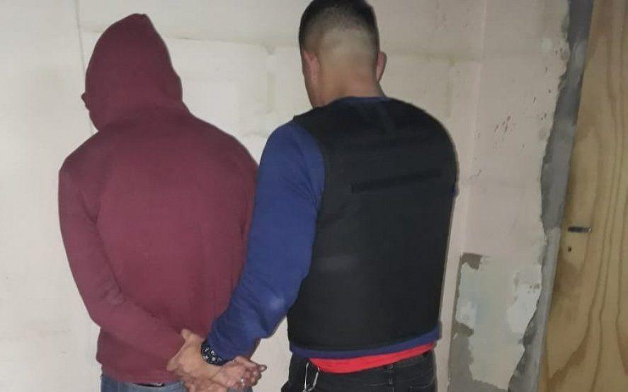 Los Hornos: tres menores robaron a una docente y detuvieron al padre de uno de los presuntos ladrones