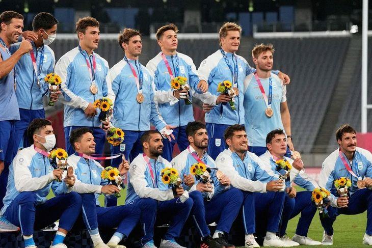 Los Pumas con sus medallas de bronce, tras derrotar a Gran Bretaña.