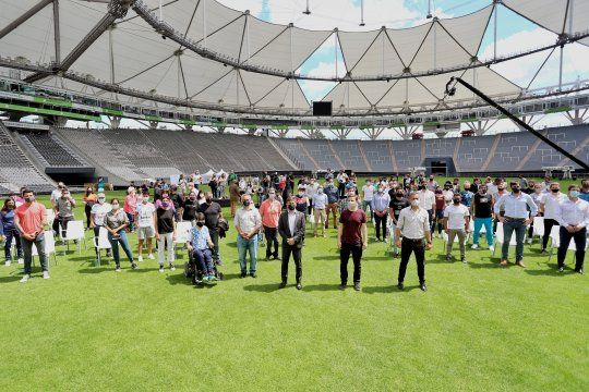 El gobernador Axel Kicillof realizó el anuncio desde el Estadio Ciudad de La Plata junto a deportistas e intendentes bonaerenses.