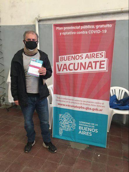 Sergio Desiderio, ex combatiente de Malvinas, tras recibir la primer dosis de la vacuna contra el coronavirus.