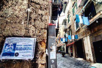 Nápoles, de luto y empapelada con la estampa de Maradona.
