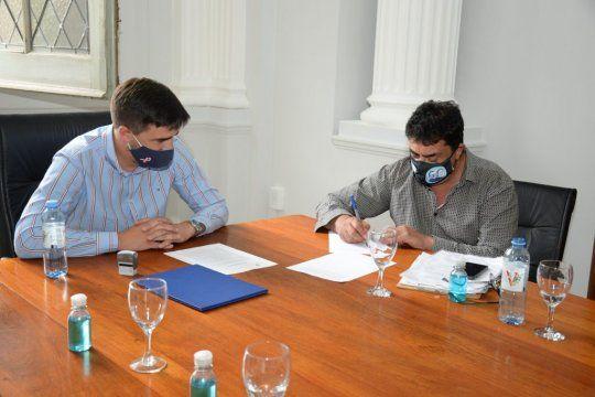 La firma del acuerdo entre la Municipalidad de Olavarría y el sindicato.