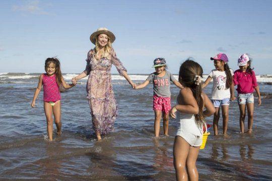 primera vez en el mar: fabiola yanez acompano a chicos de comunidades rurales a chapadmalal
