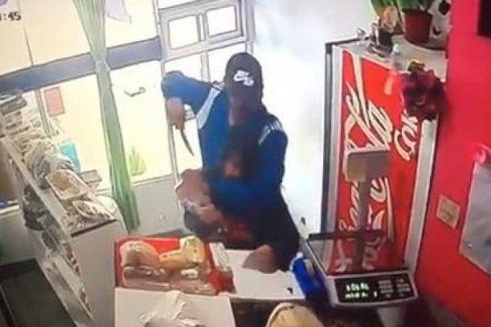 ladron armado con un cuchillo provoco momentos de suma tension en una panaderia de la plata