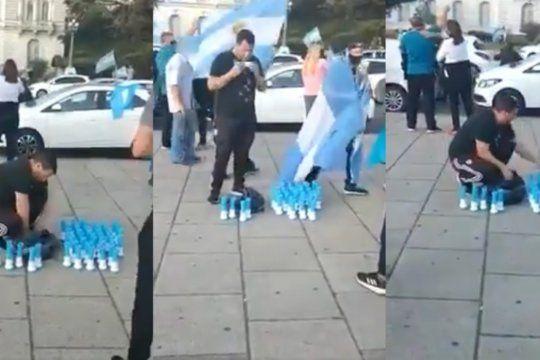 insolito: chupo las cornetas antes de venderlas en una marcha anticuarentena
