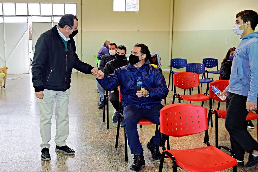 El intendente de Benito Juaréz, Julio César Marini, recorre una de las postas de vacunación contra el coronavirus
