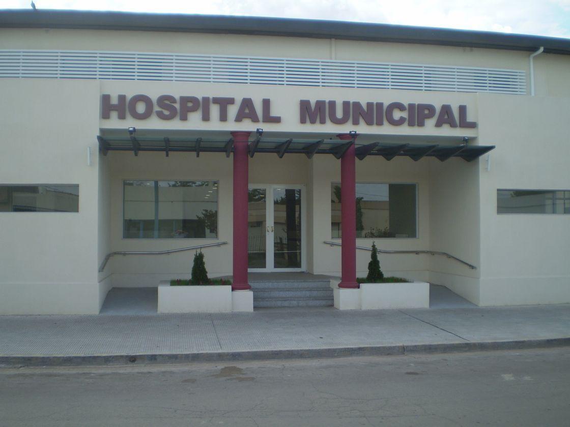 En este Hospital Municipal se encuentra internado el hombre baleado por su padre