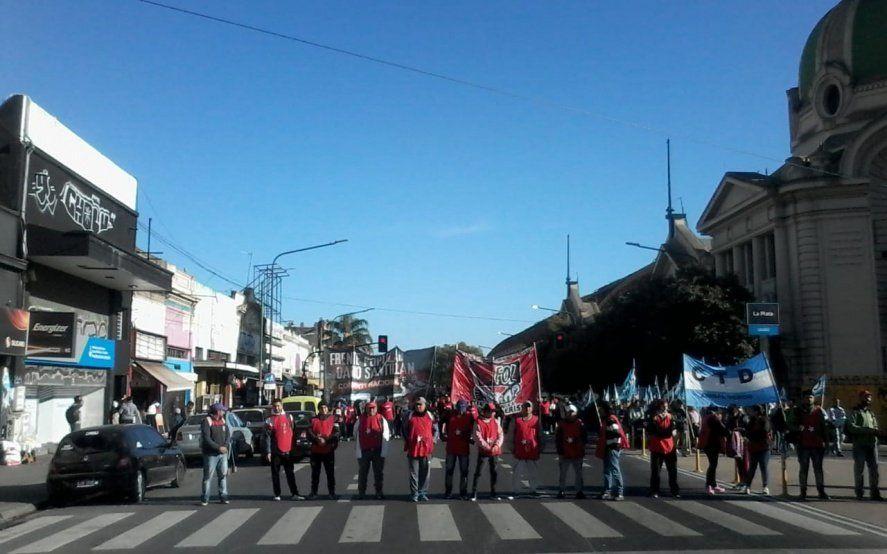 Martes de piquetes en La Plata: hay seis cortes en accesos importantes en toda la ciudad