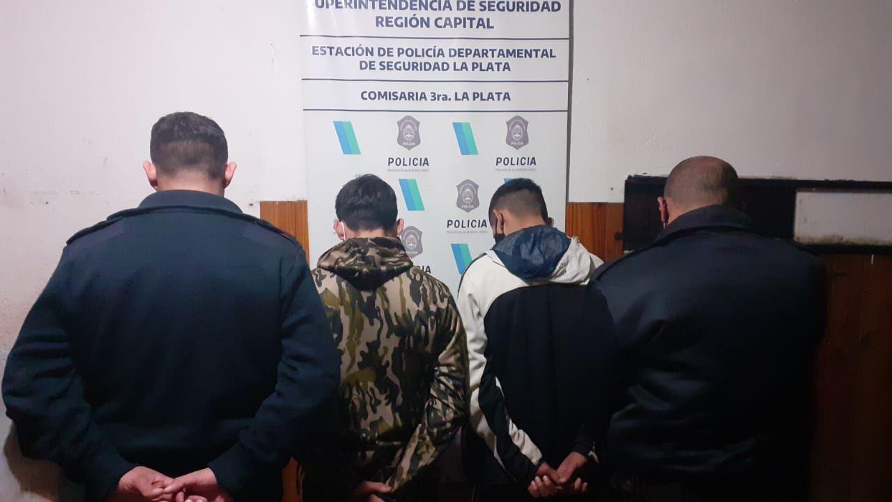 la plata: los detuvieron robando y sus familiares agredieron a la policia