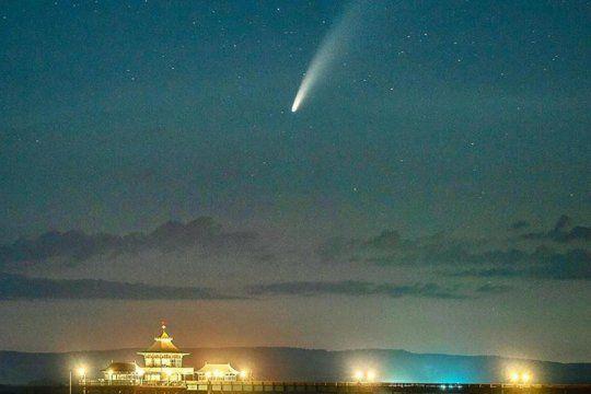 la impresionante vista del cometa neowise desde la estacion espacial de la nasa