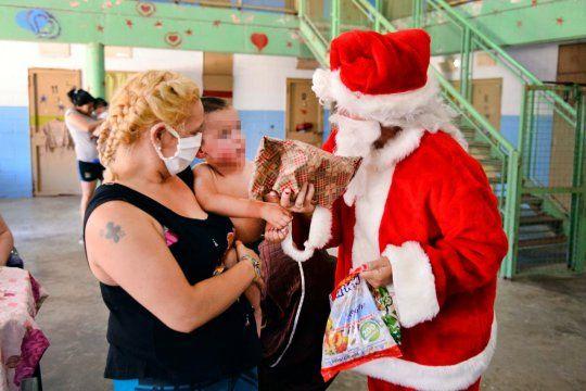 Papá Noel visitó a los niños que viven con sus madres en la Unidad 33 Los Hornos